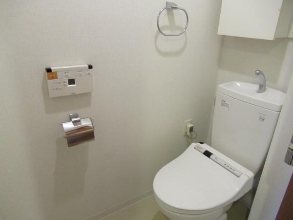 シャワートイレ 上部に吊戸棚付きです
