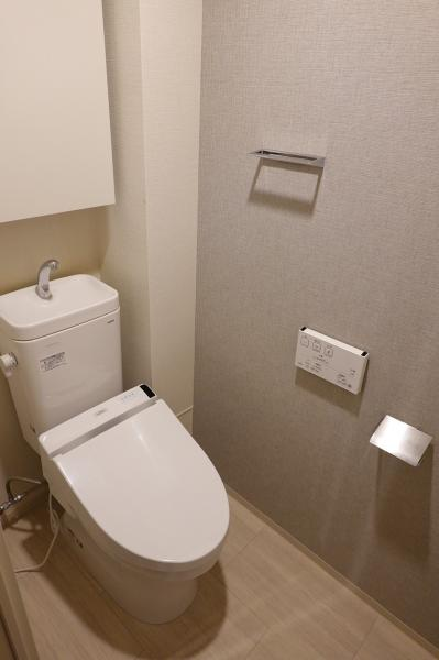 温水洗浄便座つき。吊戸棚もついています。