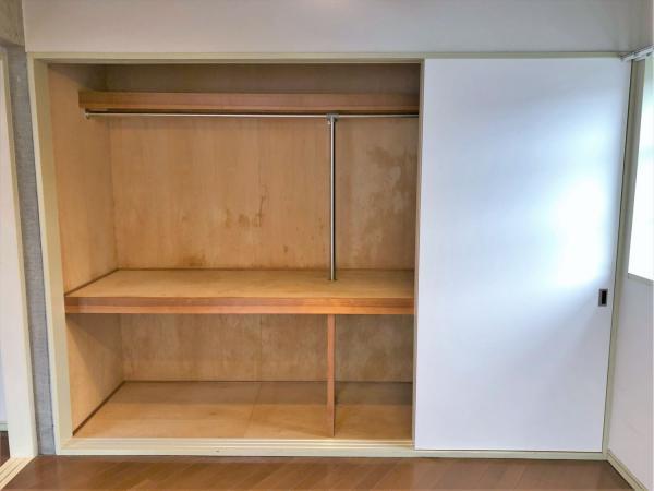 壁の一面に収納有。幅があり収納力◎◎