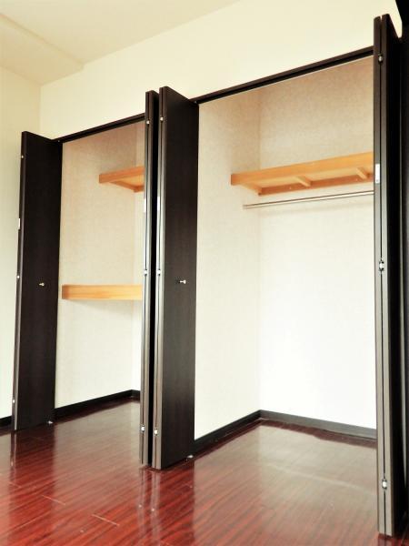 約6帖の洋室にあるクローゼットは壁一面分あり収納力◎