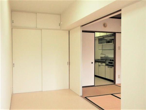 洋室(約3.75帖)壁の一面に収納スペースがあります