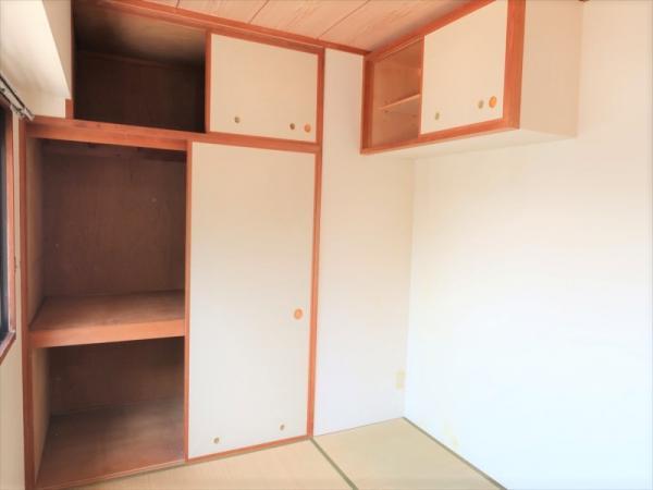 和室に収納力豊富な押入れ/棚あります