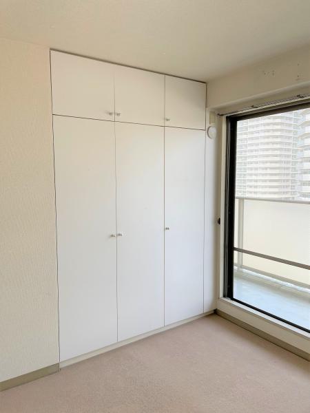 洋室6.4帖にある収納スペース