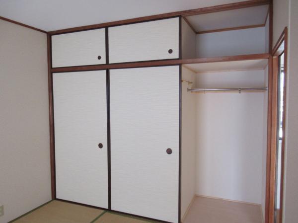 2階和室(6帖)収納左2つは押入れタイプです