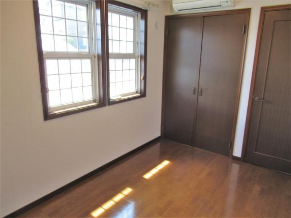 2階洋室(約6帖) フローリング貼りのお部屋です