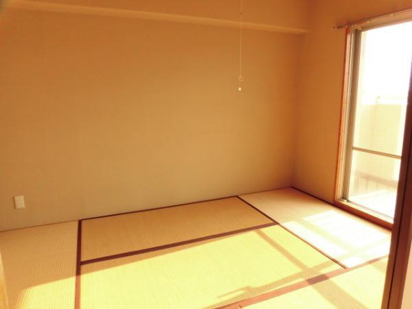 和室には押し入れがあり、収納もたっぷり。