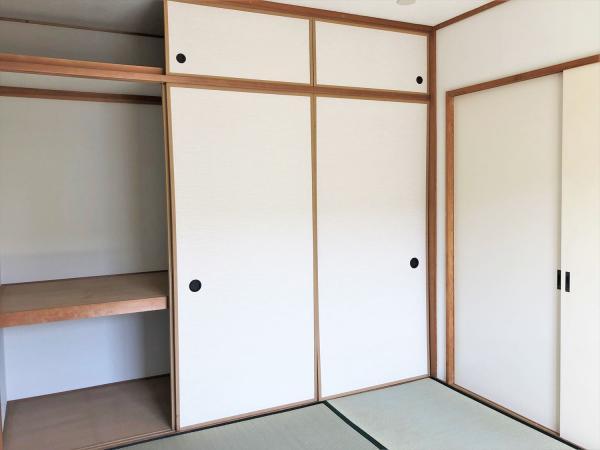 南側和室には壁一面の押し入れ有