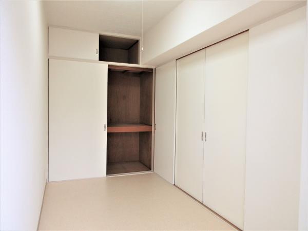 天井高の収納スペースです