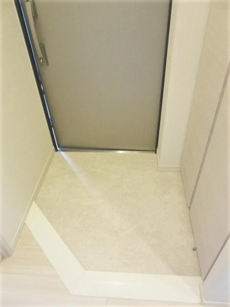 玄関扉は防犯面も安心のダブルロック仕様(写真:704号室)