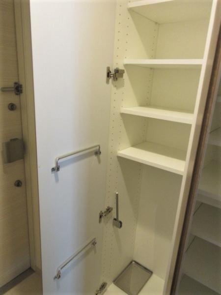 扉部分に物がかけられるシューズボックス。玄関はダブルロック有