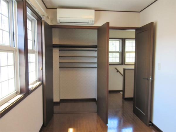 2階洋室収納 クローゼット奥に便利な棚付き!