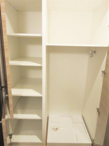 洗濯機置場は扉付きで横と上部に収納あり♪
