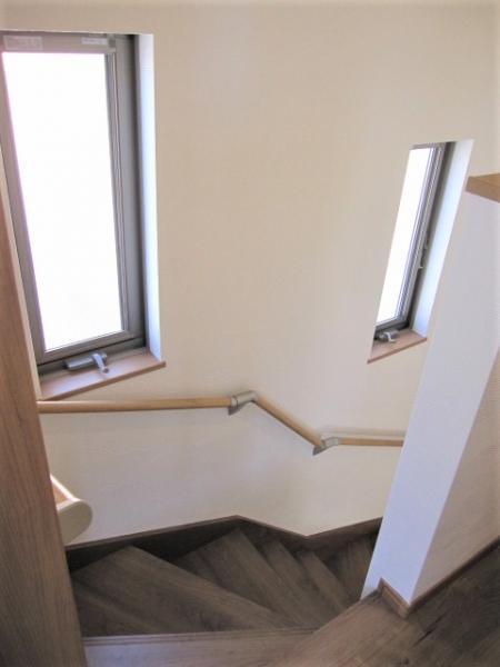 窓のある明るい階段