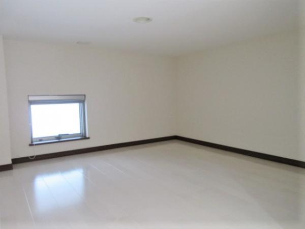 窓のついたロフト(約4帖)有!物置や寝室に♪