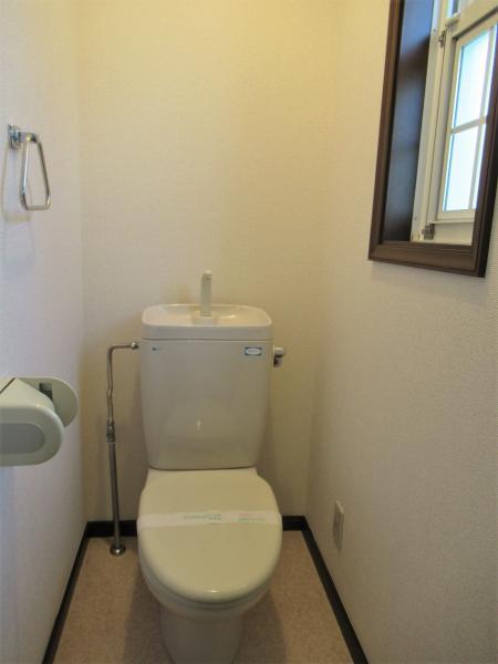 2階トイレ 窓があり明るいトイレです!
