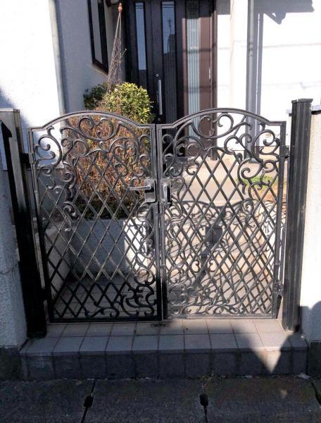 玄関前には門扉がございます