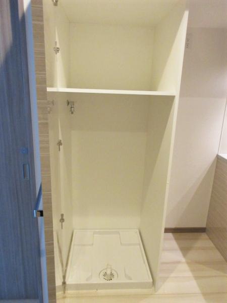 洗濯機置場は扉付きで上部に収納あり♪