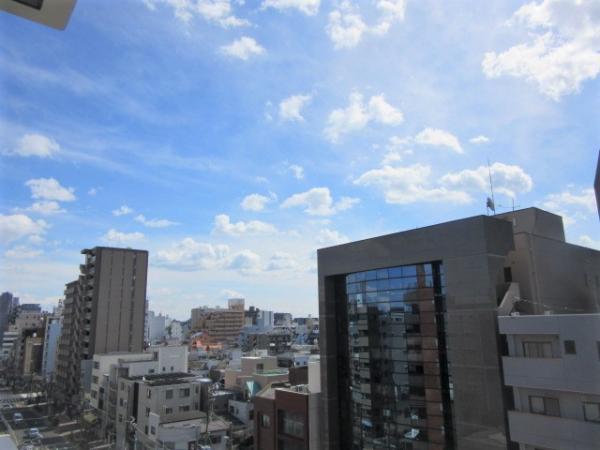 向かい側の建物との間隔が空いており、ゆとりのある眺望