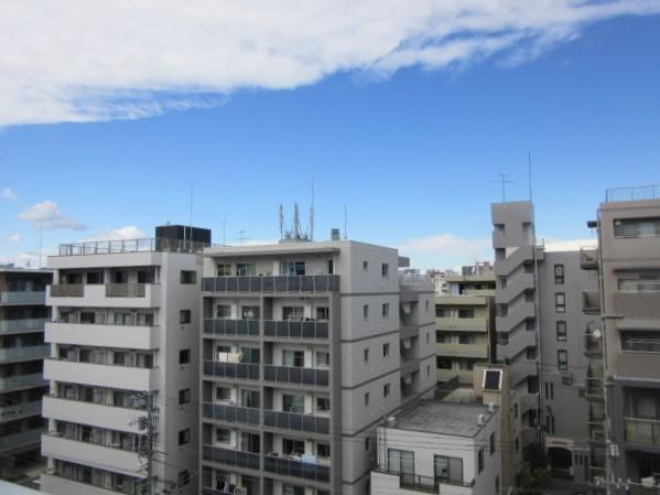 向かい側の建物と間隔が空いておりゆとりのある眺望