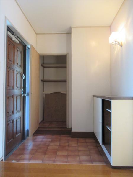 シューズボックス付き 奥の扉も収納スペースです