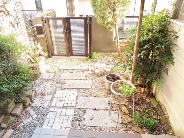 玄関前の空間では、ガーデニングを自由に楽しめます(現状から変更可能)