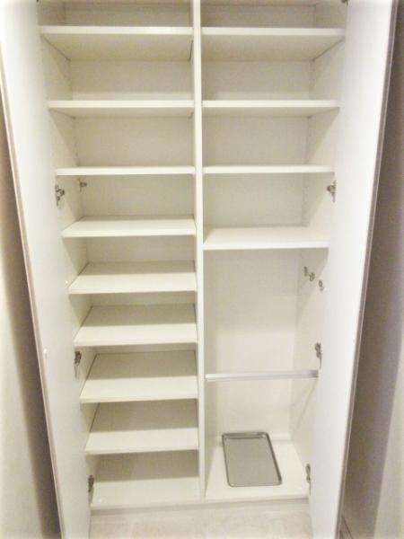 たっぷり収納可能な天井高シューズボックス