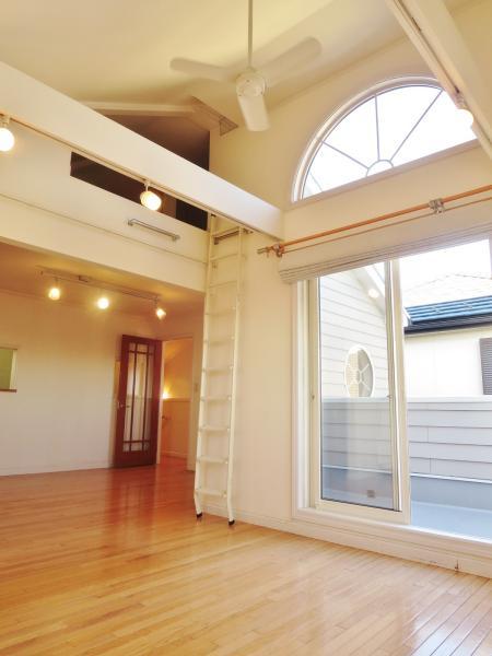 大きな窓と高い天井がゆとりの空間を演出★