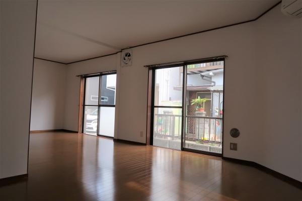 1階、窓が多く開放的なリビングダイニング