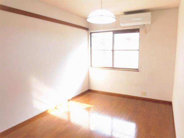 洋室(約6帖)エアコン・照明付。