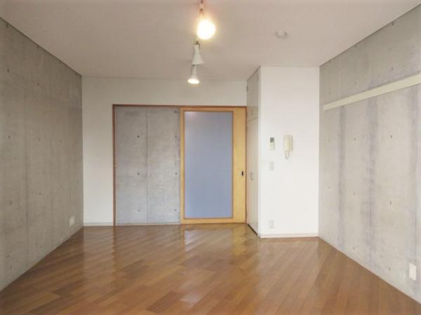 約9帖超の広々洋室。一部壁がコンクリート打ち放しです