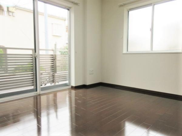 2面採光の洋室。梁等が少なく家具が置きやすい。窓には雨戸付。