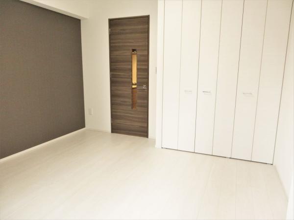 居室に壁一面アクセントクロスあり、エアコン1基付き