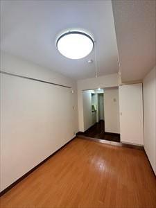 IHコンロ、上部吊戸棚があるから調理器具などの収納可能!