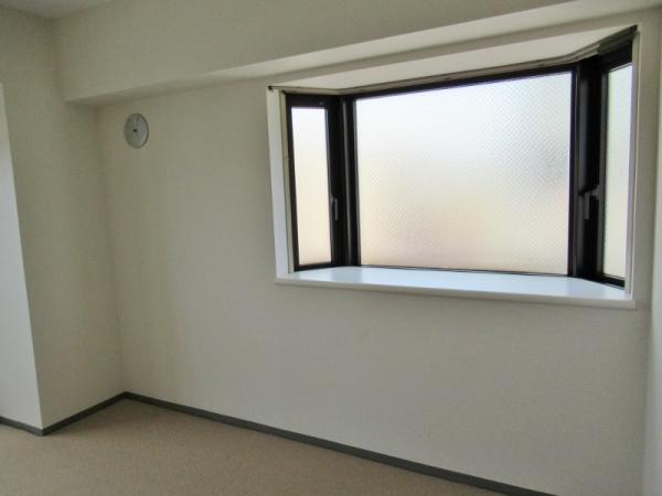 出窓があるので明るい室内