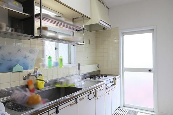 キッチンには便利な床下収納と勝手口あり!
