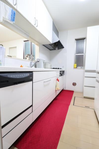 便利な床下収納付き!白を基調としたシステムキッチン☆