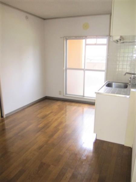 キッチン側にも窓があり明るく換気も良好