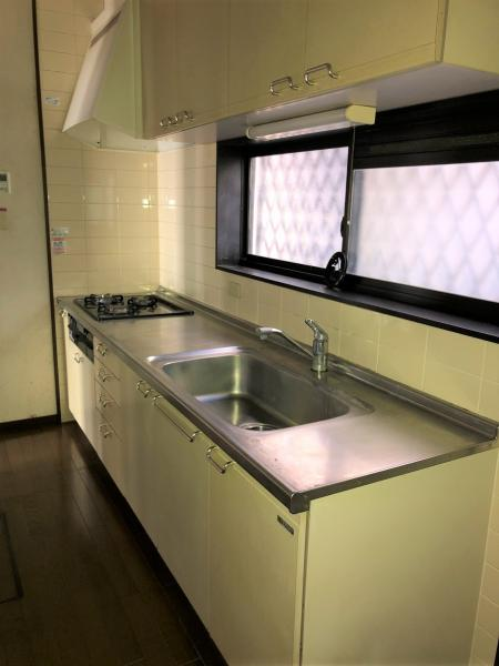 自然光の入るキッチンは約5帖 独立タイプです