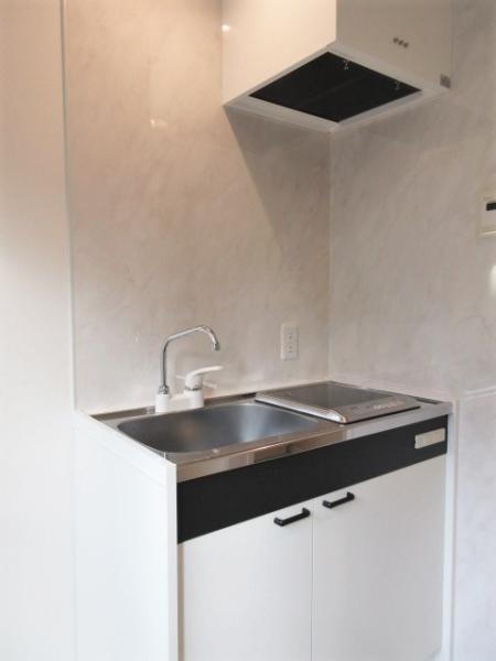 白を基調とした1口IHコンロのキッチン