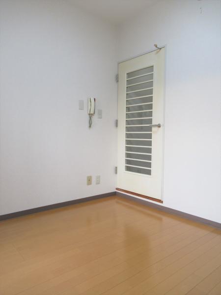 新品のLED照明付きの洋室です