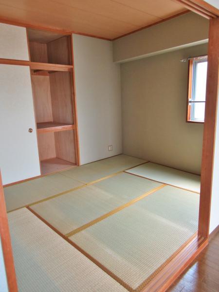 和室約6帖 押入があるので寝具など収納可