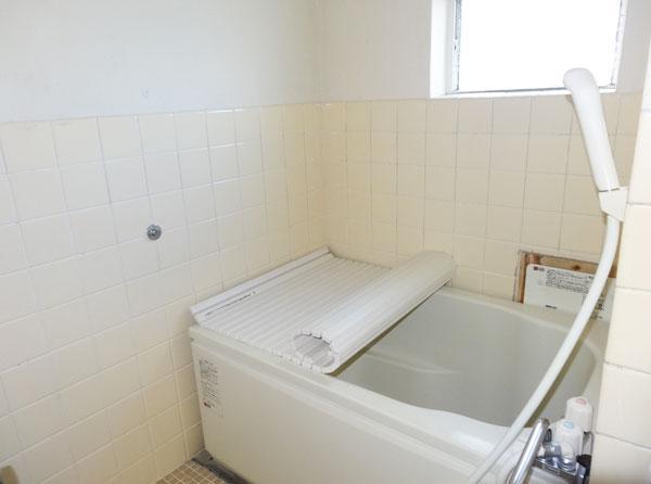 窓が付いていて明るい浴室です。