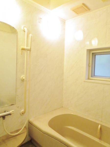 安らげるドーム型の天井の浴室