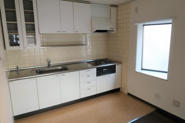 コンロ・レンジフード新規交換済み キッチンには嬉しい出窓付き