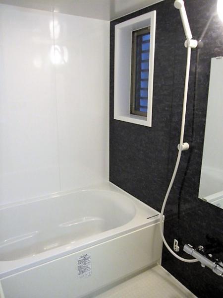 換気窓のある浴室