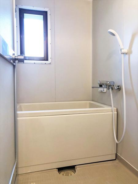 バストイレ別。窓のある浴室です