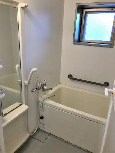 浴室に窓+手すり有!使用時・換気時に便利です