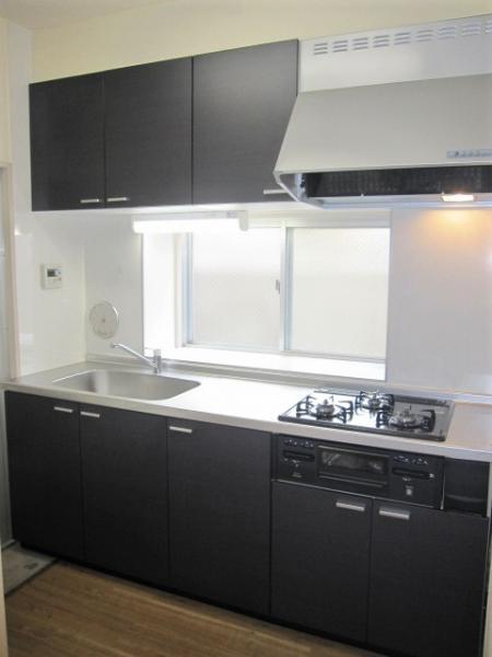 システムキッチン、大きな窓があり換気や採光に便利