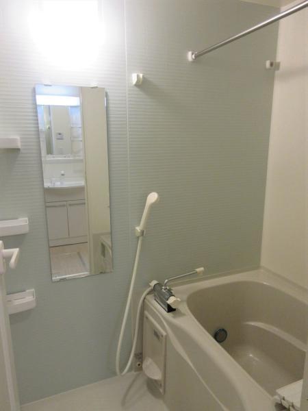 浴室乾燥機付。シャンプー等が置ける収納棚あり