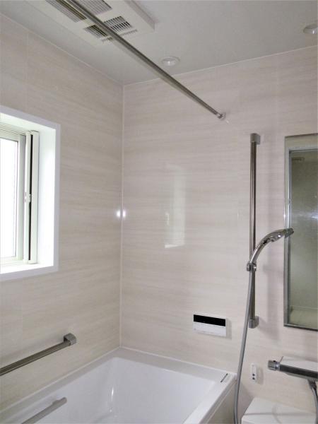 浴室換気乾燥機・追い焚き機能付き。窓あり。